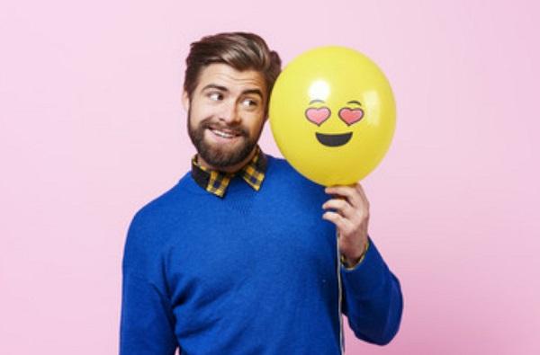 Улыбающийся мужчина с воздушным шариком