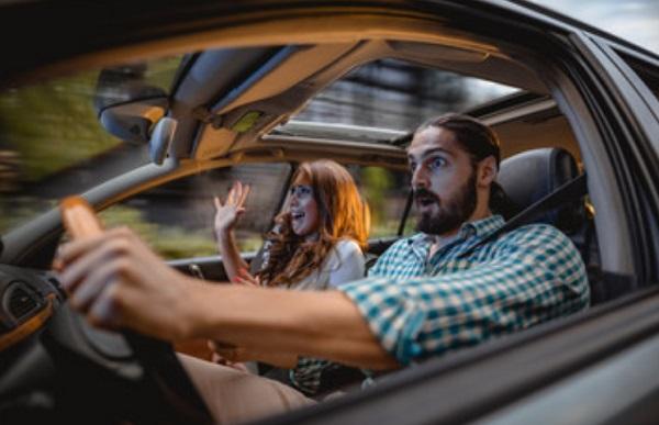 Мужчина и женщина испуганные в салоне машине