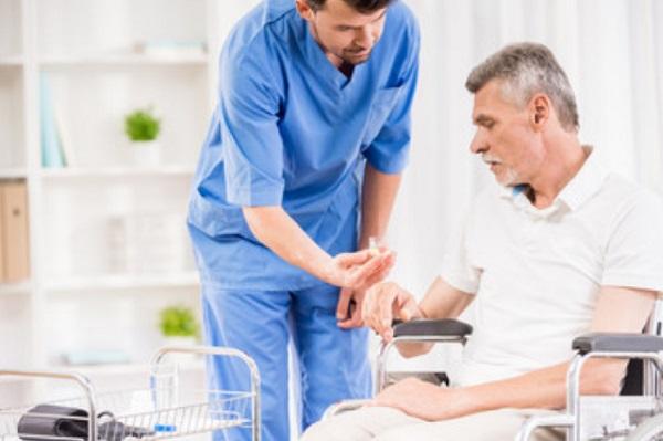 Мужчина на инвалидной коляске и доктор