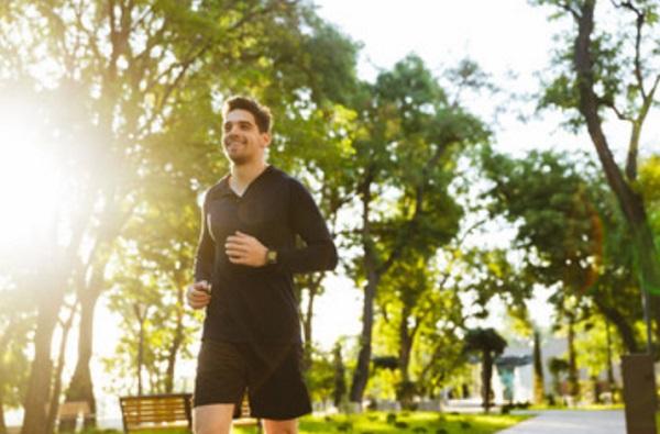 Мужчина на утренней пробежке