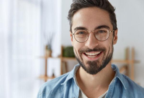 Счастливый мужчина в очках