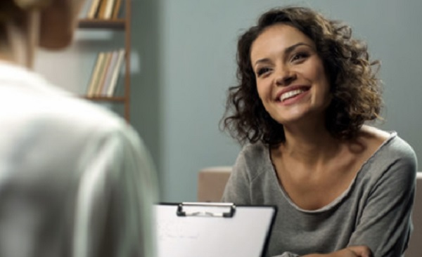 Женщина на сеансе у психотерапевта