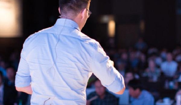 Мужчина выступает перед аудиторией