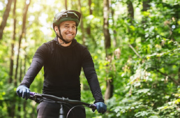 Мужчина едит на велосипеде