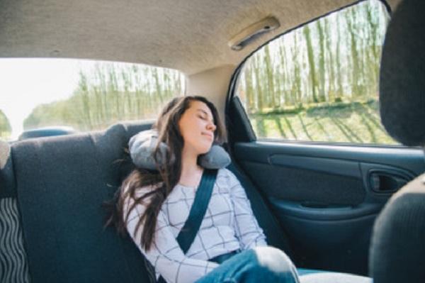 Девушка спит в автомобиле