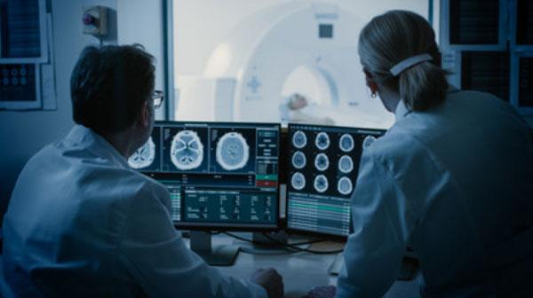 Врачи рассматривают снимки МРТ