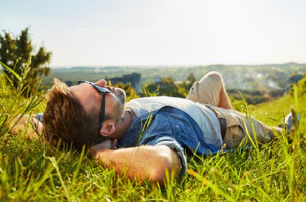 Мужчина лежит на траве