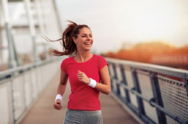 Счастливая девушка на пробежке