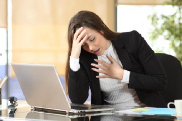 Девушка начинает задыхаться, сидя за ноутбуком