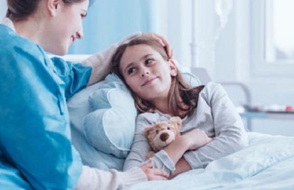Мама сидит у постели больной дочери