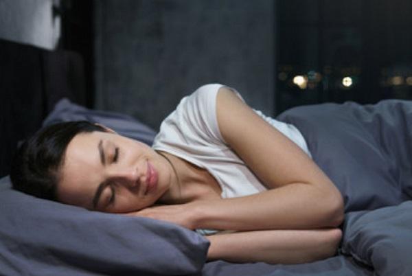 Женщина сладко спит