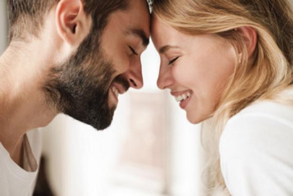 Влюбленные прислонились лбами друг к другу