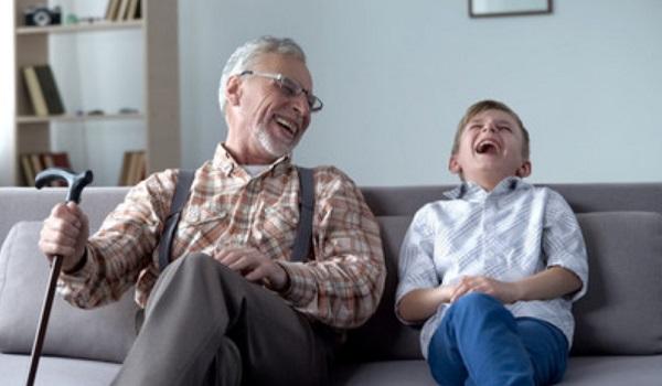 Дедушка смеется с внуком