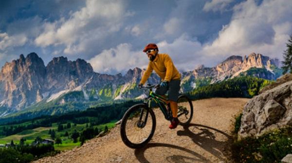 Мужчина едет на велосипеде