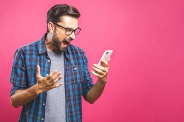 Мужчина психует от увиденного на телефоне