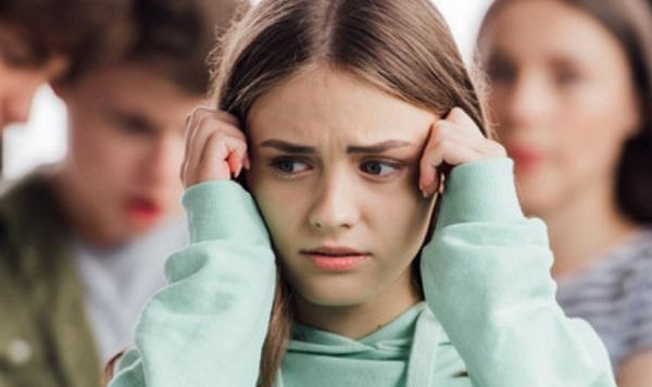 Напуганная девочка подросток