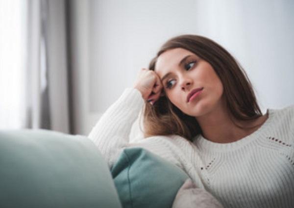 Женщина сидит в задумчивости