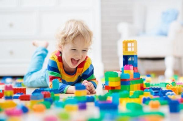 Ребенок играет конструктором