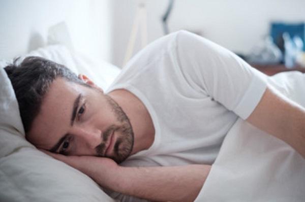 Мужчина лежит в постели