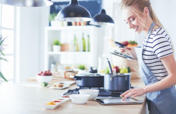 Женщина занимается приготовлением еды