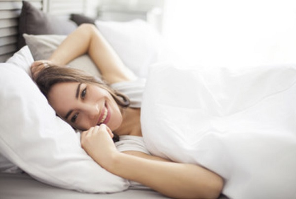 Улыбающаяся женщина в постели