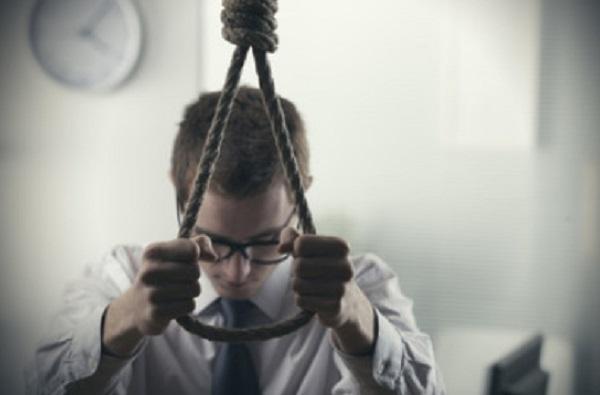 Мужчина собрался совать голову в петлю