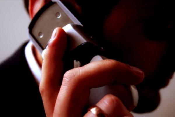 Мужчина разговаривает по телефону. На пальце обручальное кольцо