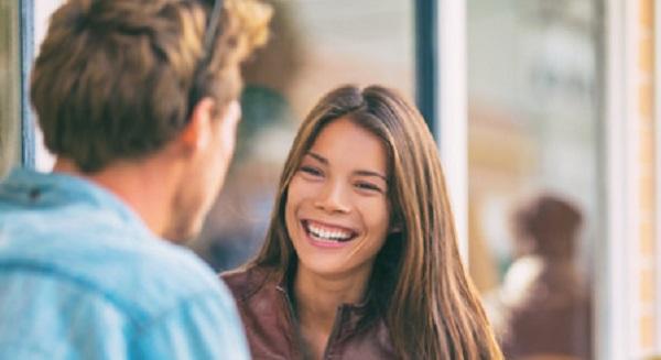 Общение двух людей. Девушка улыбается