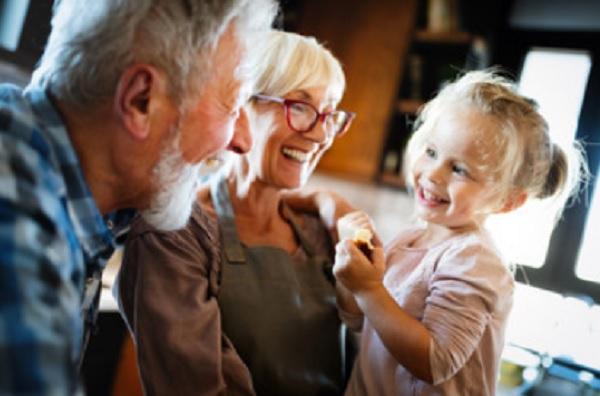 Бабушка с дедушкой и внучка