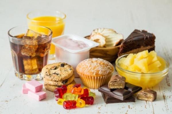 Различные сладости стоят на столе