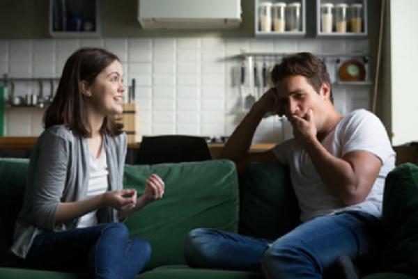 Девушка что-то говорит, а парень зевает