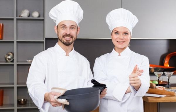 Парень и девушка в костюмах поваров
